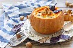 Суп тыквы с специями и гренками в тыкве Стоковая Фотография RF