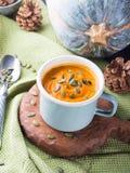 Суп тыквы cream в зеленых пастельных чашках вертикально Стоковая Фотография