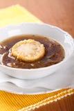 Суп лука с отваром и хлебом говядины стоковые фотографии rf