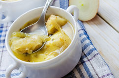 Суп лука с сыром в белом шаре Стоковое Фото