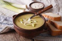 Суп лук-порея cream в конце-вверх шара на таблице горизонтально Стоковые Изображения RF