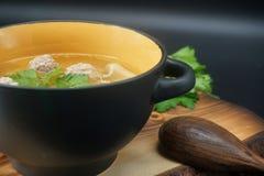 Суп фрикадельки цыпленка на разделочной доске стоковые изображения