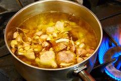 Суп чеснока кипя в лотке Стоковое Изображение RF