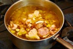Суп чеснока кипя в лотке Стоковые Изображения