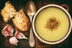 Суп чеснока cream с сыром на коричневой деревянной предпосылке Стоковая Фотография