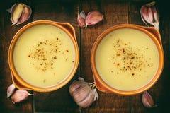 Суп чеснока cream с сыром на коричневой деревянной предпосылке Стоковые Изображения RF