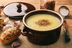 Суп чеснока cream с сыром на коричневой деревянной предпосылке Стоковое Фото