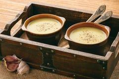 Суп чеснока cream с сыром на коричневой деревянной предпосылке Стоковые Изображения