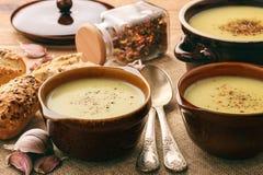 Суп чеснока cream с сыром на коричневой деревянной предпосылке Стоковые Фото