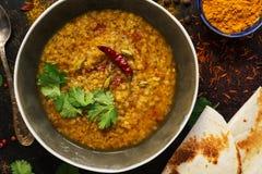 Суп чечевицы толстый с хлебом питы на темной деревенской предпосылке со специями Индийская еда Взгляд сверху, конец-вверх стоковое фото