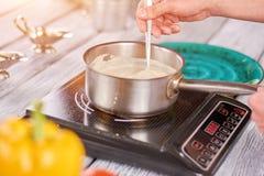 Суп шеф-повара активный cream в нержавеющем баке Стоковое Изображение RF