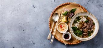 Суп Pho Bo въетнамский с говядиной в подносе стоковая фотография rf