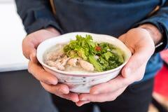 Суп Pho ga с соусами, травами и специями сервировки стоковое изображение rf