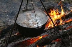Суп, shurpa, котел, огонь, варя Стоковая Фотография