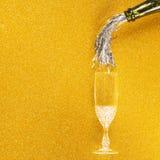 Сусаль лить к стеклу Шампани стоковое изображение