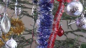 сусаль на рождественской елке и праздничных воздушных шарах сток-видео