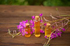 Суть лаванды цветет на таблице в красивой стеклянной бутылке Стоковые Фото