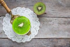 Суфле десерта с кивиом на деревянной предпосылке Стоковое Изображение