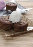 Суфле и мороженое шоколада на таблице Стоковая Фотография RF