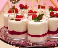 Суфле шведского стола праздника в стеклах с ягодами Стоковое Фото
