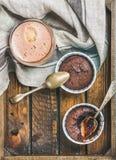Суфле шоколада в печь чашках и кофе mocha, космосе экземпляра Стоковые Изображения RF