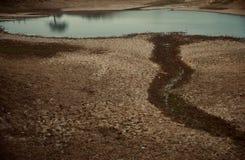 Сухая глина сделала поверхность вокруг пруда стоковые изображения rf