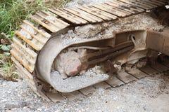 Сухая грязь на вставленных колесах backhoe стоковые изображения rf