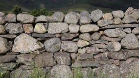 Сухая каменная стена без миномета от к северу от Англии в национальном парке Великобритании района озера видеоматериал