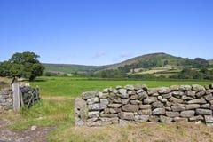 Сухая каменная стена в сельской местности вересковой пустоши Стоковая Фотография