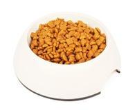 Сухая кошачья еда в белом шаре Стоковые Изображения