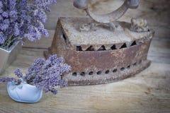 Сухая лаванда и старый деревенский деревенский утюг на деревенской таблице Стоковая Фотография