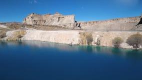 Сухая обезвоженная земля вне голубого озера акции видеоматериалы