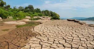 Сухая почва трескает картину текстуры на речном береге Стоковое Изображение