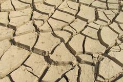 Сухая почва трескает картину текстуры на речном береге Стоковые Фото