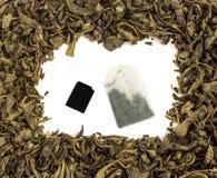 Сухая предпосылка листьев и пакетиков чая зеленого чая Стоковая Фотография