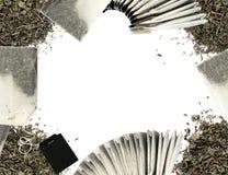 Сухая предпосылка листьев и пакетиков чая зеленого чая Стоковые Изображения RF