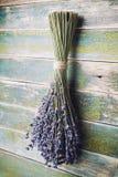 Сухая смертная казнь через повешение пука лаванды на винтажной деревянной доске Деревенский тип Стоковая Фотография RF