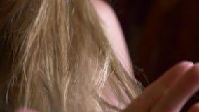 : сухие запутанные волосы с концами фильтровали, отпасть и остаться в руках, когда нежно носящ ее руку до конца сток-видео