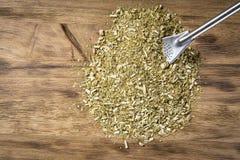 Сухие листья ответной части yerba на деревянном столе Стоковые Фотографии RF