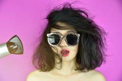 Сухие и поврежденные волосы, причина проблем выпадения волос дизайном волос жары оборудуют фен для волос, смешную девушку и плохо Стоковое Изображение RF