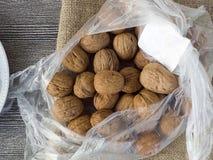 Сухие картины грецкого ореха в различных концепциях, грецких орехах в плитах и сумках готовых для того чтобы представить, картины Стоковые Фотографии RF