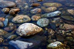 Сухие круглые и мягкие утесы реки стоковое фото