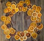 Сухие куски апельсина на предпосылке веника деревянной аранжировать в circl стоковое фото