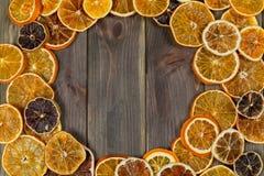 Сухие куски апельсина на предпосылке веника деревянной аранжировать в circl стоковое изображение