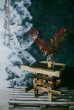Сухие листья в вазе окно белизны сбора винограда стула нутряное близкое Темная предпосылка Осень стоковое изображение