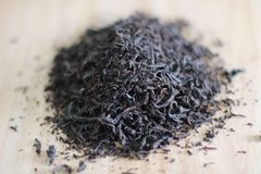 Сухие листья черного чая на деревянном столе стоковая фотография rf