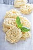 Сухие макаронные изделия с свежим базиликом Стоковые Фото