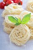 Сухие макаронные изделия с свежим базиликом Стоковая Фотография RF
