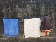 Сухие одежды в солнце стоковые изображения