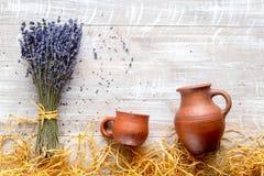 Сухие опарникы букета и гончарни laveder на деревенском модель-макете взгляд сверху предпосылки Стоковая Фотография